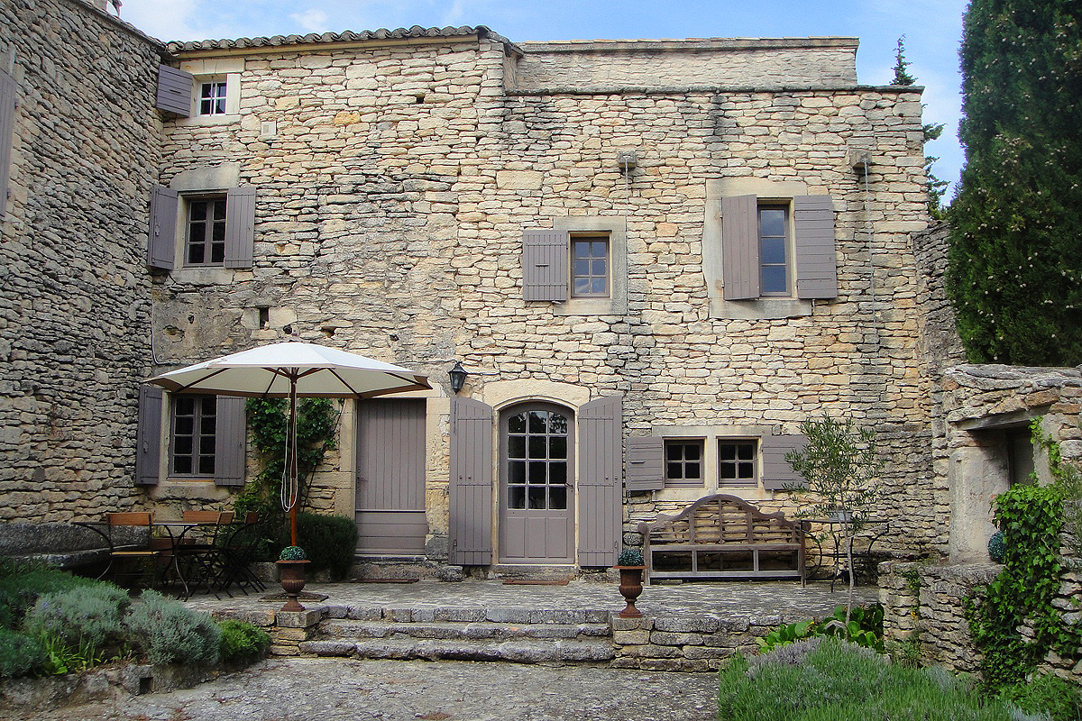 Provence holiday home with pool to rent near gordes vaucluse for Stone built homes