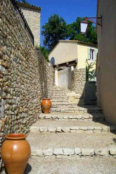 Steps down from the villa to the square in the hamlet - Maison Sophie - Villa to Rent in Provence