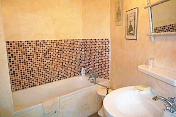 Ensuite bathroom for Bedroom 4 - Maison Sophie - Villa to Rent in Provence