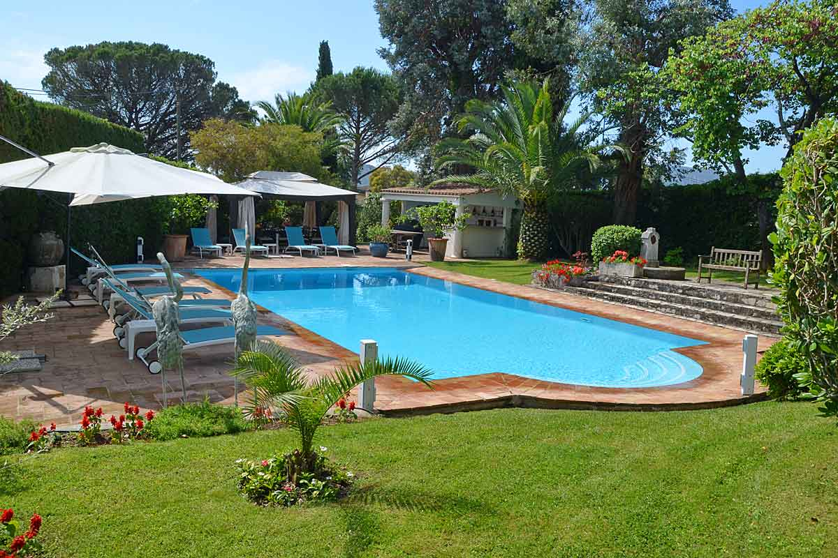 Cote d 39 azur holiday villa with heated pool to rent near for Garden pool hire london