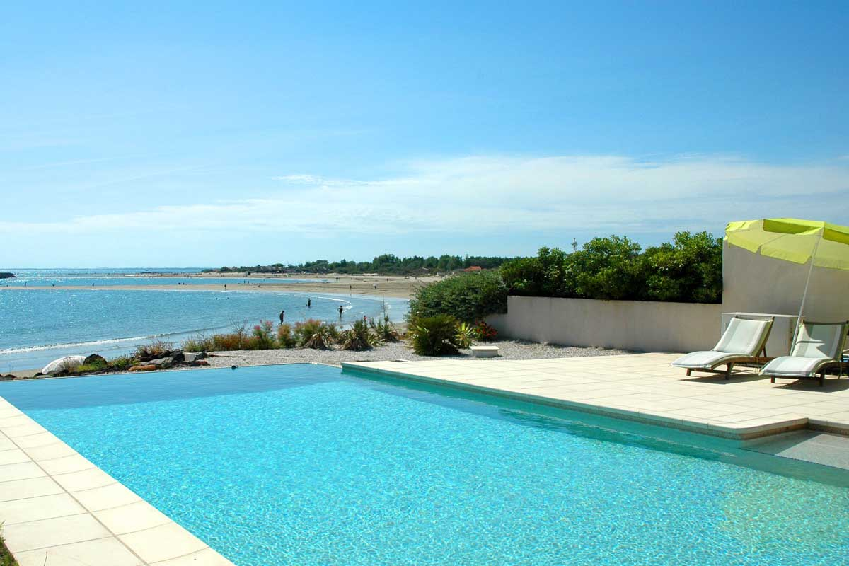 Languedoc holiday accommodation with heated pool to rent for Villas with infinity pools