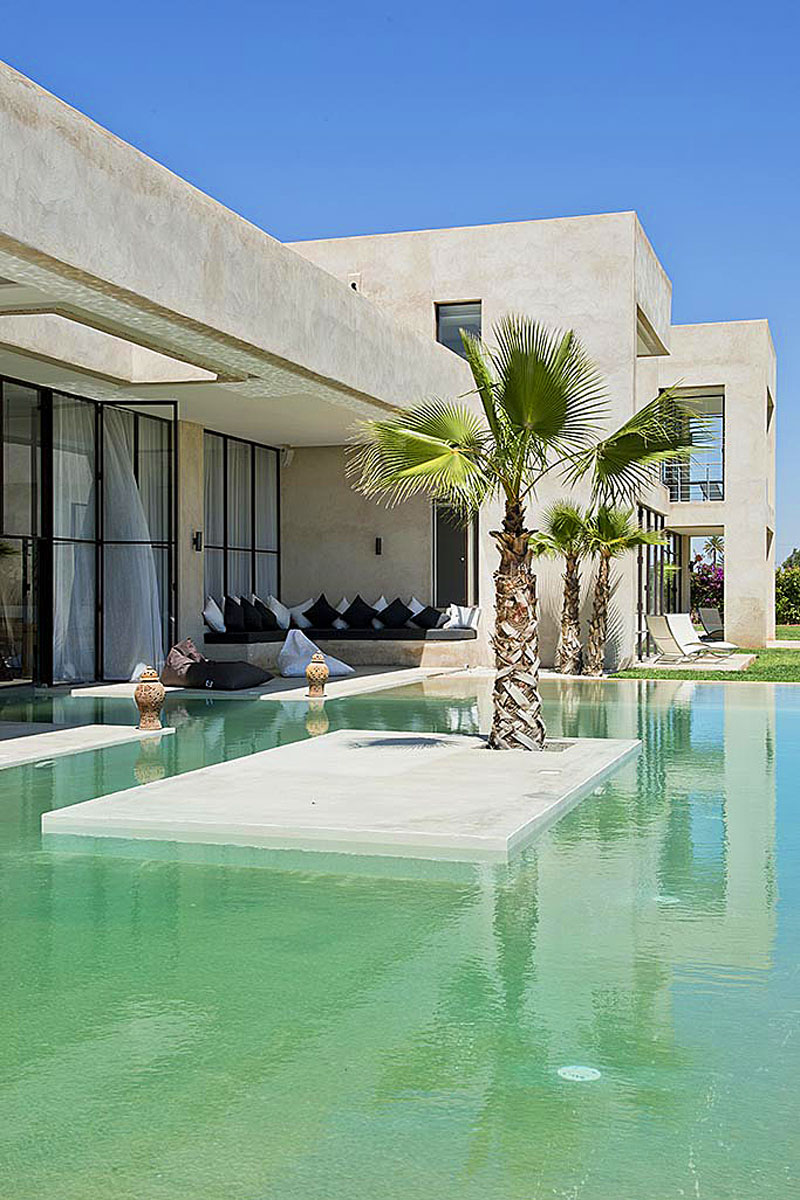 Marrakech luxury villa with pool and floodlit tennis court for Villa architect