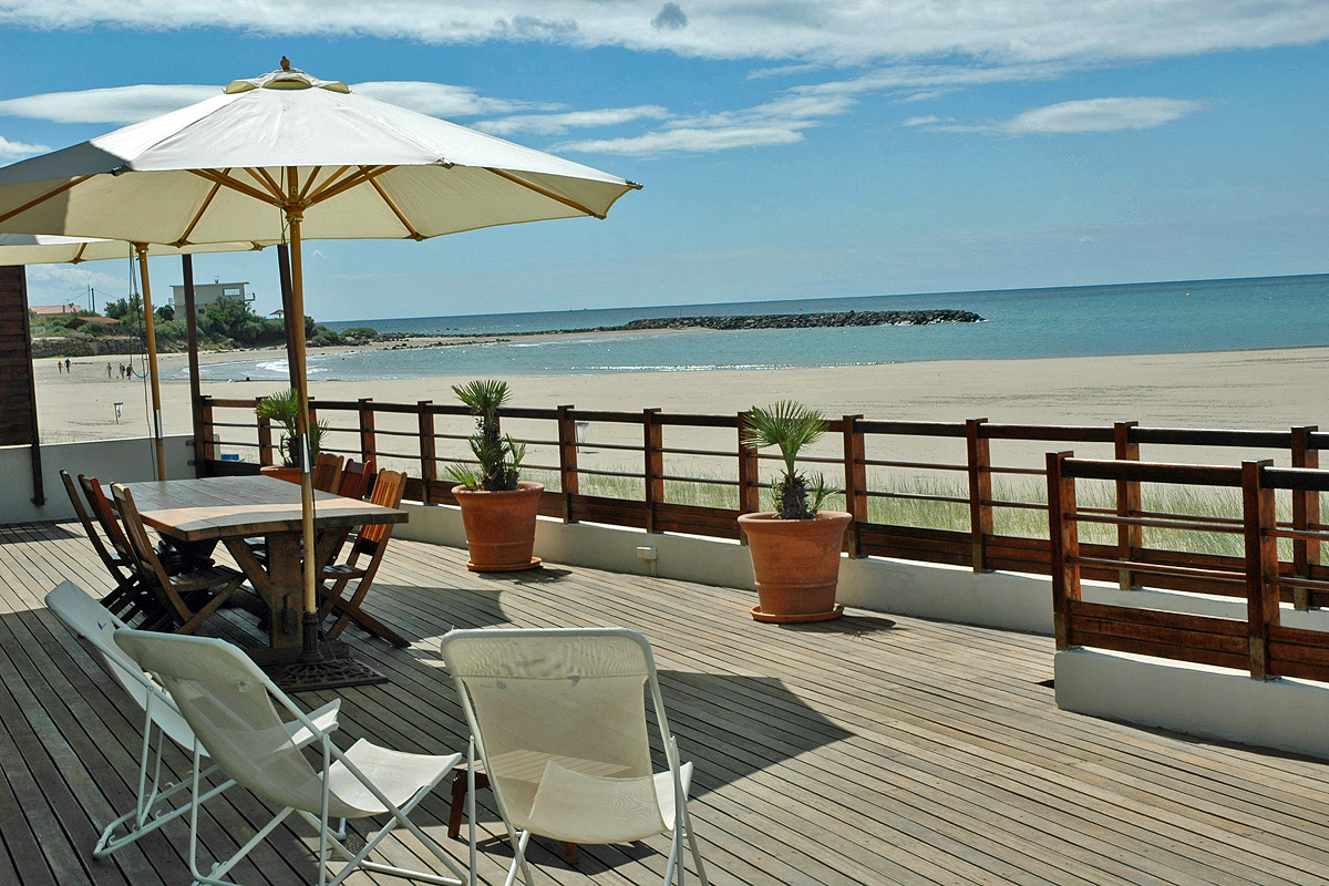 south of france beach villa to rent near cap d 39 agde sleeps 6 to 9. Black Bedroom Furniture Sets. Home Design Ideas